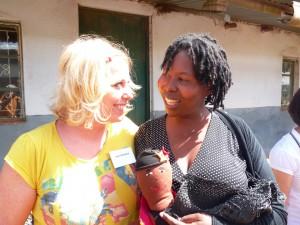 Heike Breidbach mit einer Medizinfrau in Südafrika, die für verwaiste und traumatisierte Kinder kocht. Über die Reise würde eine neue Küche finanziert. Fotos: Heike Breidbach