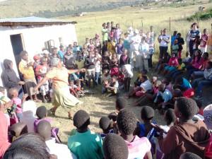 Schulleiterin in Südafrika tanzt für die Reisegruppe.