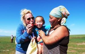 Mongolei: ein Nomadenkind erfreut sich an Seifenblasen.