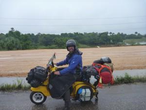 Mexico, Chiapas im Regenwaldgebiet. Die Regen-Schürze an der Vespa befestigt, damit ich so trocken wie möglich bleibe.
