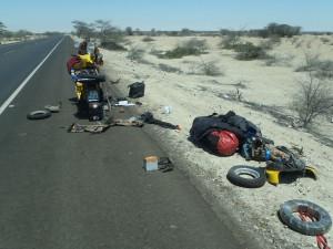 Der Horror. In der Wüste von Peru hatte ich ein Loch im Kolben und schraubte 4 Stunden, um sie wieder ans Laufen zu bringen. Motto: Keep cool