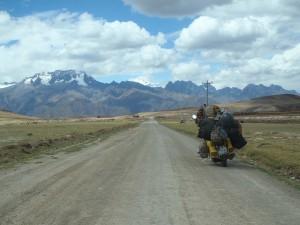 Peru Cuzco auf dem Weg nach Macchu Picchu. Ich fuhr in Peru bewusst nur Hinterlandstraßen, denn da lernt man die Kultur am besten kennen.