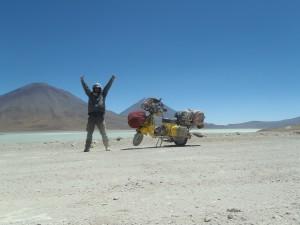 """Noch immer im Hochland von Bolivien. Nach den besagten 500km durch Tiefsand erreiche ich die """"Laguna Verde"""" und Jubel vor Freude und Erleichterung."""