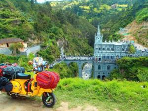 Kolumbien, Las Lachas, eine Kirche die Brücken baut. Wie aus einem Fantasy-Film.