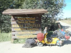 Im Ziel! Ushuaia, Argentinien. Angekommen in der südlichsten Stadt der Welt. Ich verbeuge mich und küsse Elsi dankend die Füße. Dieses kleine Fahrzeug ist mir sehr sehr ans Herz gewachsen.
