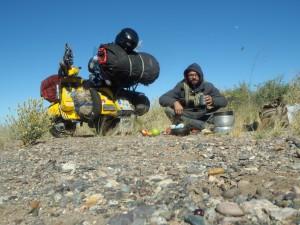 Argentinien, Patagonien. In der Pampa genieße ich eine der letzten Pausen vor dem Ziel